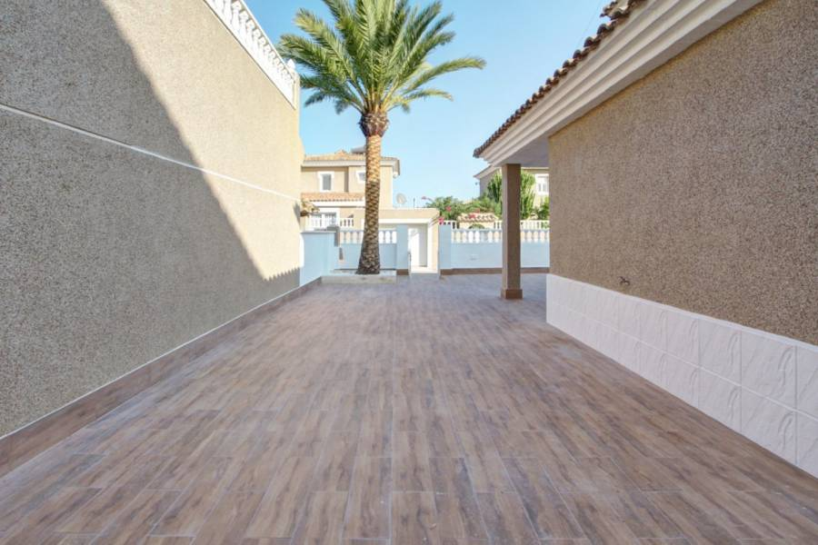 Sale - Chalet - Los Altos - Orihuela Costa